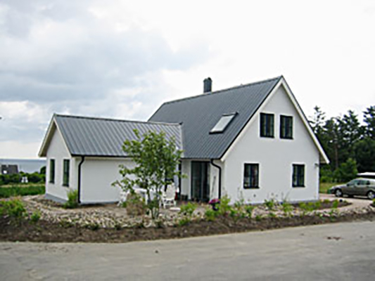 Huset är en T-vinkelbyggnad med vind på ca 210 kvm